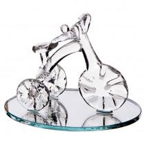 Sujet tricycle en verre sur miroir