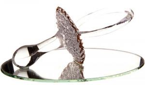 Grande tétine ciselée en verre sur miroir
